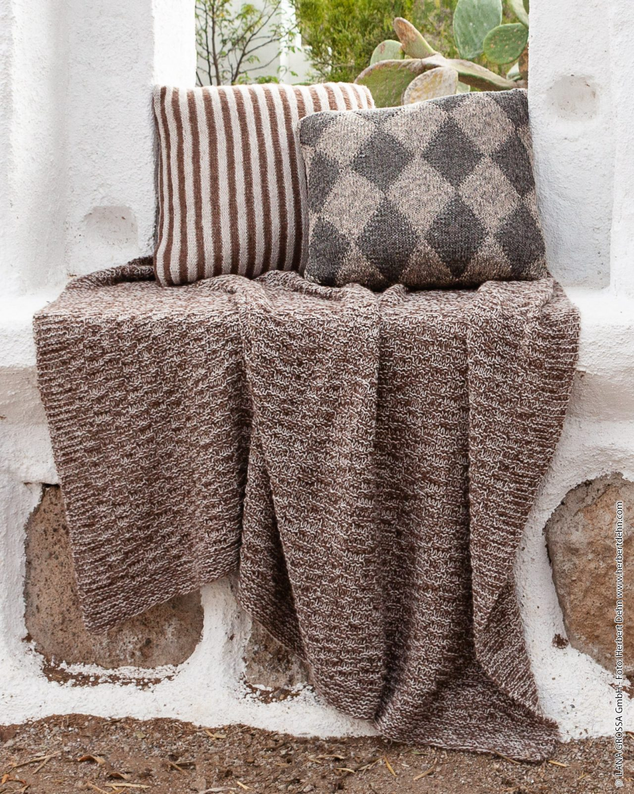 Modello di coperta ai ferri a maglia legaccio e motivo rigato Lana Grossa Ecopuno 28 - Fornasari Distribuzione